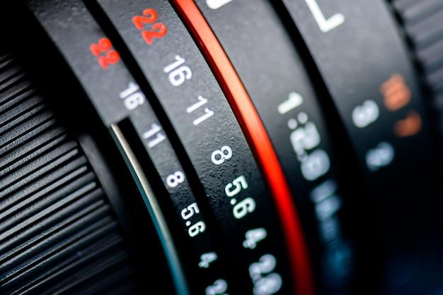 Macro-opname van een cameralens scherpstellen op cameralens informatie.