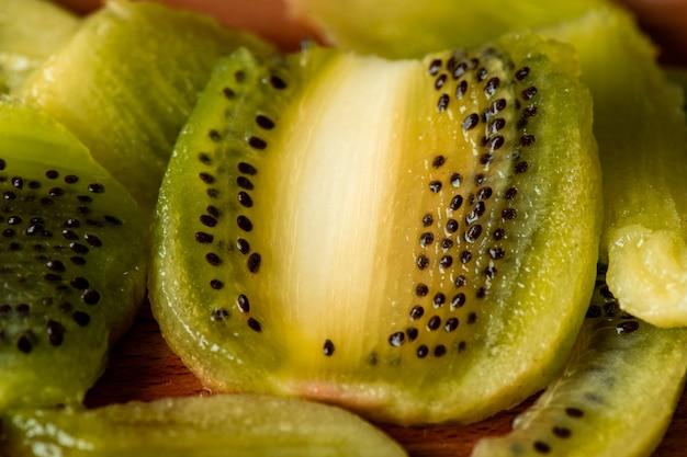 Macro opname van gesneden verse kiwi met zwarte zaden klaar om te eten, in fruitsalade of smoothie te doen of te gebruiken voor het maken van voorzieningen