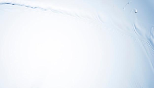 Macro-opname van transparante vloeibare plons met lege ruimte