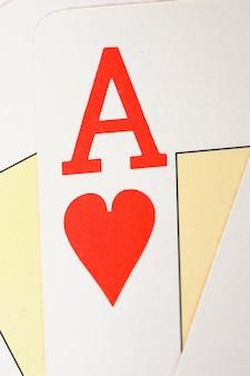 Macro van de letter van de aas van harten in het midden van anderen