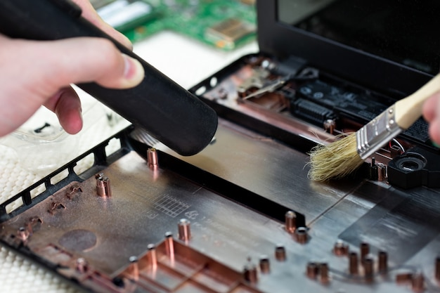 Macro van een borstel die een laptopventilator schoonmaakt