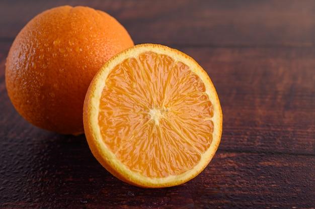 Macrobeeld van rijpe sinaasappel, op houten lijst