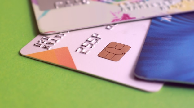 Macrocreditcard met een spaanderclose-up. selectieve aandacht. voor financieel, sale-buy of zakelijk gebruik.