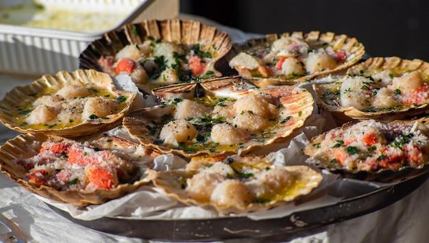 Macrodetail van een bord vol sint-jakobsschelpen klaar om te worden gekookt