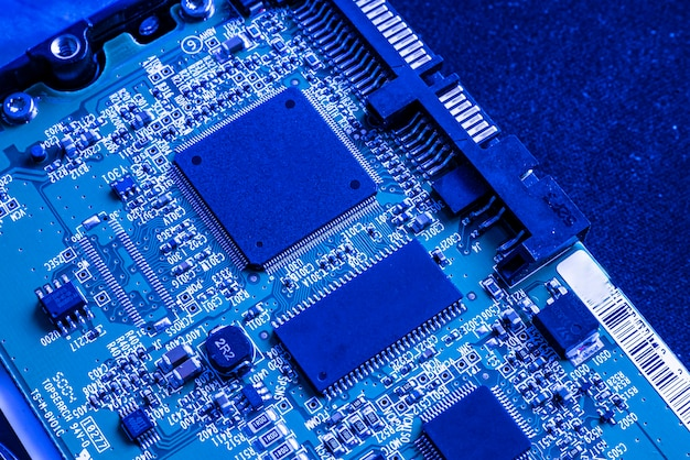 Macrodetail van elektronische chipcomponenten in blauw licht