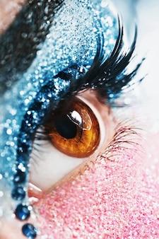 Macrodetails van blauwe en roze oogmake-up