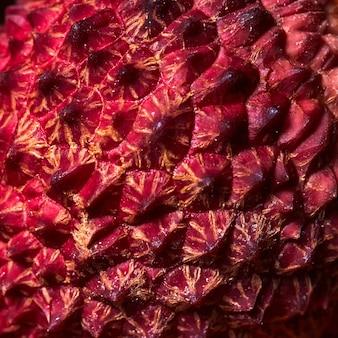 Macrofoto, close-up van het oppervlak van de schil van tropisch litchifruit. achtergrond en textuur van exotisch fruit