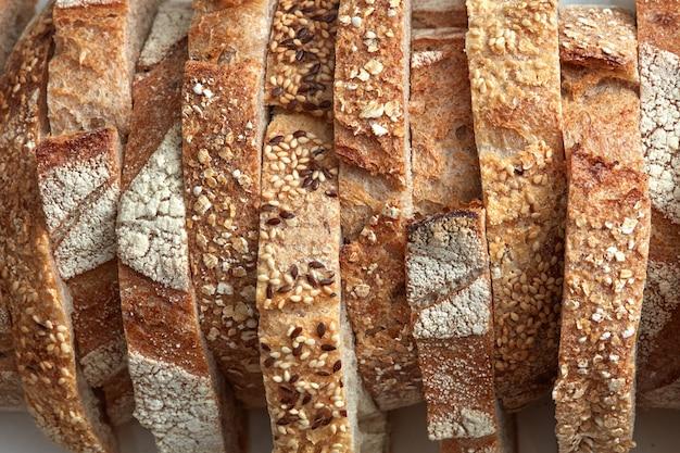 Macrofoto's van sneetjes eigengemaakt, korrelbrood met sesamzaden en vlas. biologisch gezond voedsel. plat leggen