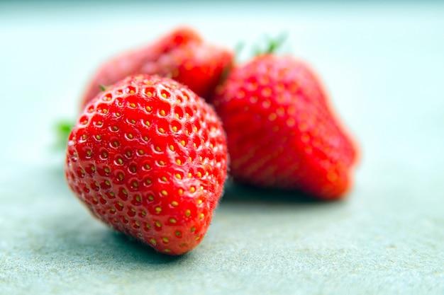 Macrofoto van een rijpe rode grote aardbei met een kleine scherptediepte