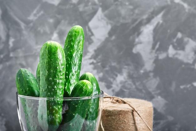 Macrofoto van een voedselgroente komkommer in een glasvaas