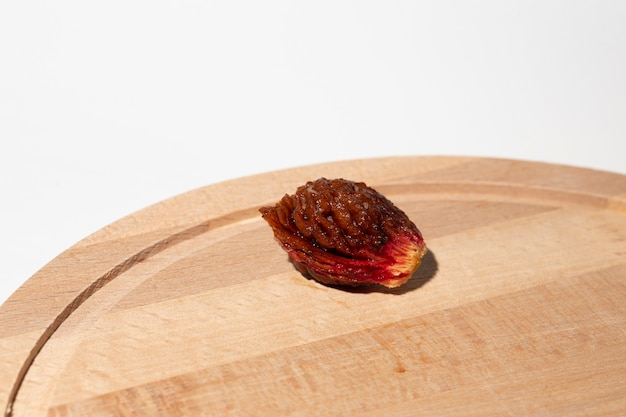 Macrofotografie van heldere perzikstenen op het bord