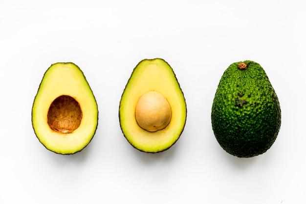 Macroschot van avocado op witte achtergrond wordt geïsoleerd die