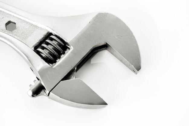 Macroschot van regelbare die moersleutel op whtieachtergrond wordt geïsoleerd
