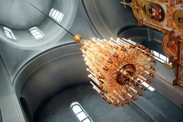 Madaba, jordanië - november 25, 2016 gouden van de altaarkroonluchter van pictogrammenfresko's griekse orthodoxe kerk madaba jordanië van heilige george. kerk werd opgericht in de late jaren 1800 en herbergt vele beroemde mozaïeken