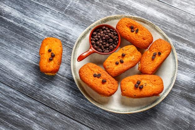 Madeleine - zelfgemaakte traditionele franse kleine koekjes met citroen en chocoladeschilfers.