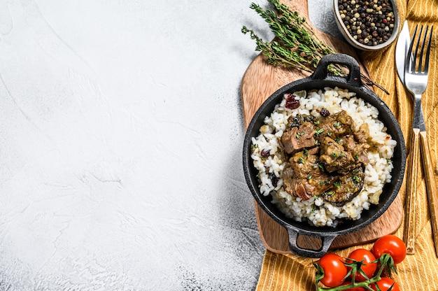 Madras rundvlees met basmatirijst, indiaas eten. witte achtergrond. .