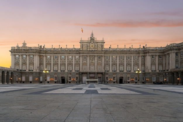 Madrid royal palace in een mooie de zomerdag bij zonsondergang in madrid, spanje.