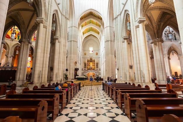 Madrid, spanje - 20 september 2017: kathedraal van almudena of santa maria la real de la almudena is een katholieke kerk in madrid, spanje