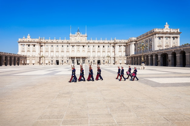 Madrid, spanje - 20 september 2017: wachters in het koninklijk paleis van madrid of palacio real de madrid, de officiële residentie van de spaanse koninklijke familie in madrid, spanje