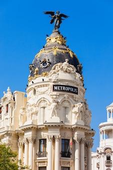 Madrid, spanje - september 21, 2017: metropolis building of edificio metropolis is een kantoorgebouw op de hoek van de calle de alcala en de gran via in madrid, spanje