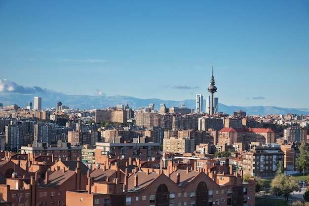 Madrid stadsgezicht met een aantal emblematische gebouwen: wolkenkrabbers, piruli en kio torens. madrid