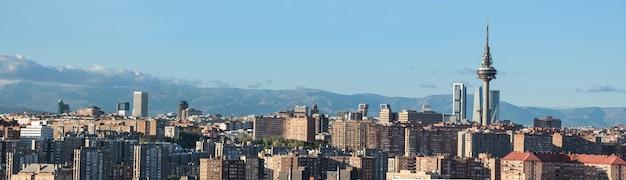 Madrid stadsgezicht panorama emblematische gebouwen: wolkenkrabbers, piruli en kio torens.