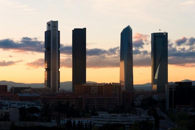 Madrid vier torens financiële districtshorizon tijdens zonsondergang in madrid, spanje.
