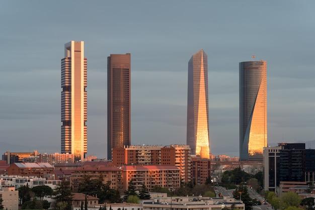 Madrid vier torens financiële districtshorizon tijdens zonsopgang in madrid, spanje.