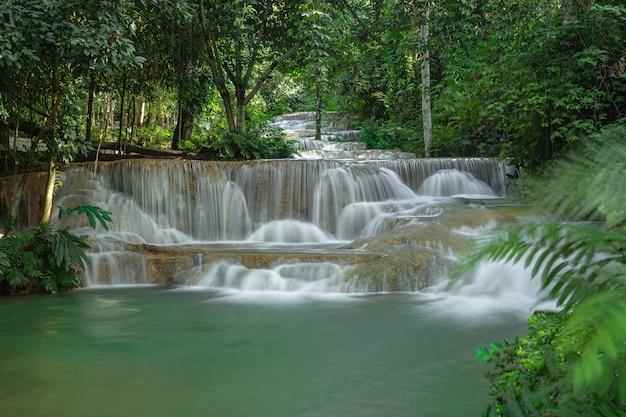 Mae kae-waterval is de waterval die zich op nationaal parkgebied van ngao, lampang-provincie, thailand bevindt