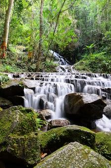 Mae kam pong waterfall bij mae kam pong-dorp, chiang-mai, thailand