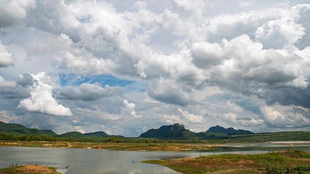 Mae kham reservoir met uitzicht op een dag met mooie regenwolken tijdens het regenseizoen. lampang thailand.