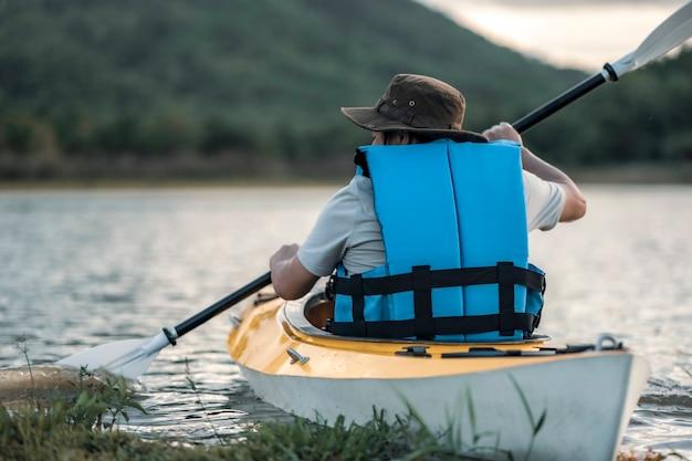 Mae moh reservoir beroemde plek voor kajakreiziger drijft in de kajak