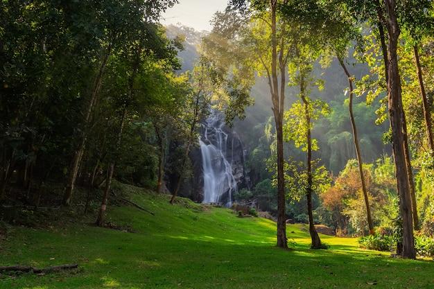 Mae tia waterval is de mooiste waterval in ob luang national park, doi kaeo, chom thong, chiang mai, thailand