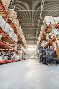 Magazijn industriële en logistieke bedrijven. lange planken met een verscheidenheid aan dozen en containers.