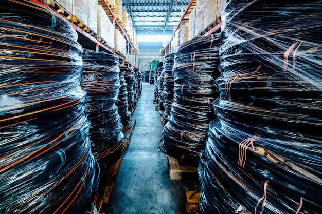 Magazijn industriële en logistieke bedrijven. opgerolde plastic buis.