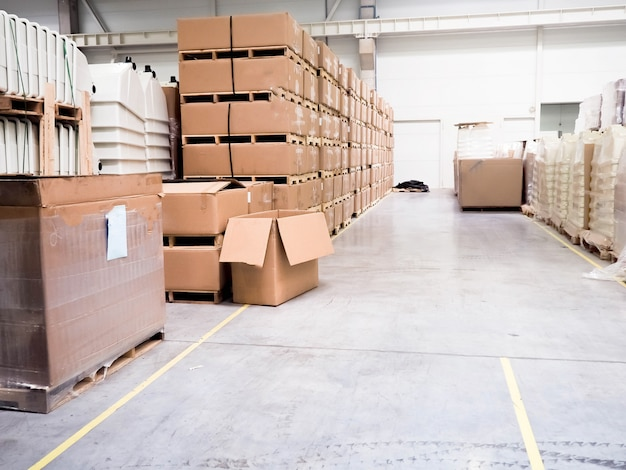 Magazijn industriële gebouwen voor het opslaan van materialen en hout, er is een vorkheftruck voor containers.