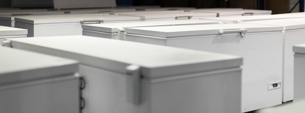 Magazijn met witte koelkasten