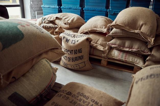 Magazijn met zaden van arabica koffieplant verpakt in jutezakken
