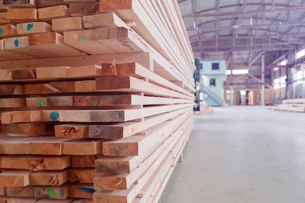 Magazijn of fabriek voor het zagen van planken op zagerij binnenshuis.