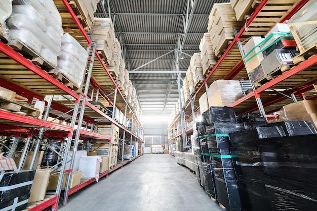Magazijn van handel en industrie van transport. dozen en kratten voorradig op de planken van drie verdiepingen.