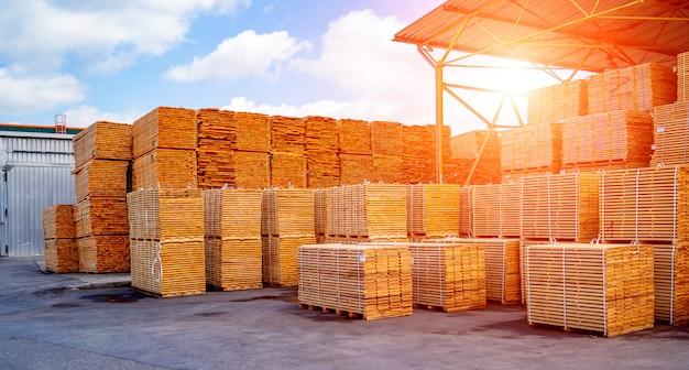 Magazijninterieur, pallets met goederen. open lucht. transport en logistiek.