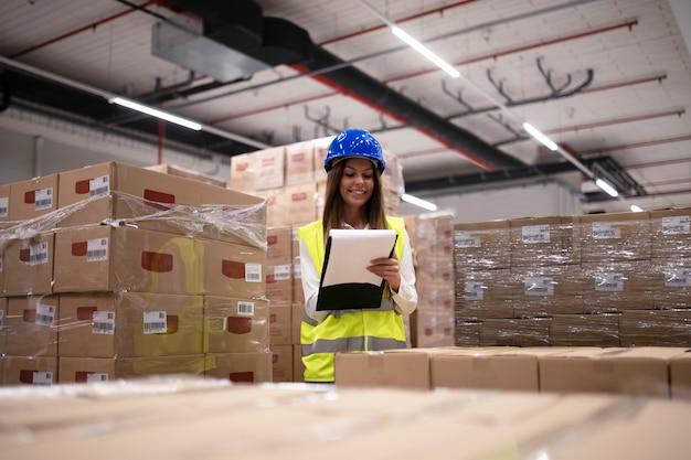 Magazijnmedewerker die inventaris controleert en goederen en pakketten op de opslagafdeling ontvangt