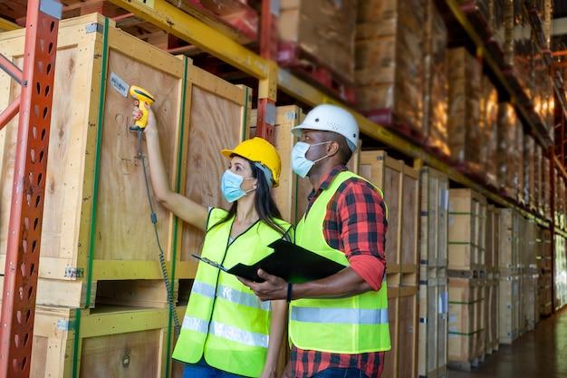 Magazijnmedewerker die streepjescodes op dozen in een groot pakhuis scannen concept van het centrum van vervoer van goederen.