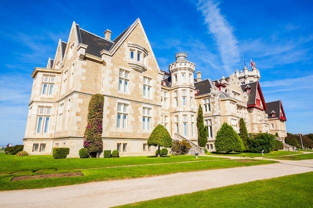 Magdalena palace of palacio de la magdalena is een paleis op het magdalena-schiereiland in de stad santander, spanje.
