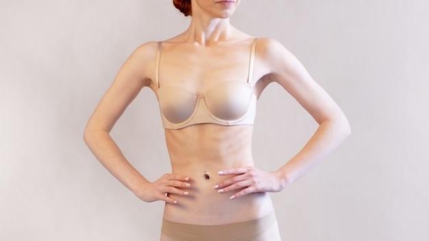 Mager meisje dat geniet van haar slanke lichaam, anorexia als een psychische aandoening