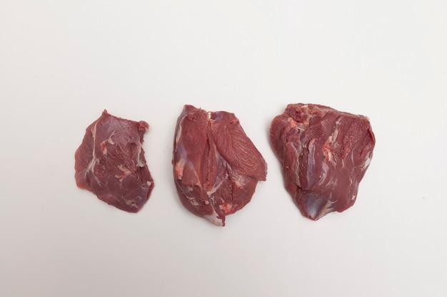 Mager vlees van lamsvlees. grote stukken op een witte tafel.