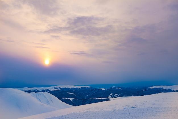 Magisch uitzicht op de met sneeuw bedekte skibasis