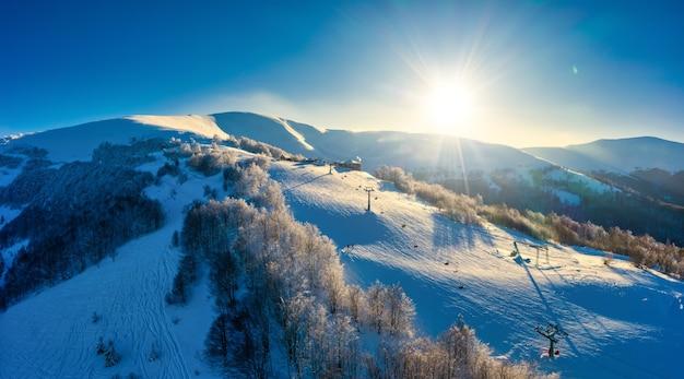 Magisch winterpanorama van prachtige besneeuwde hellingen