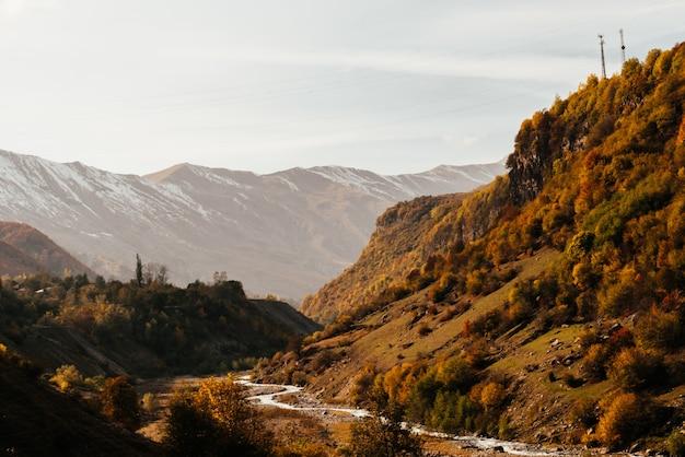 Magische betoverende natuur, majestueuze bergen en heuvels bedekt met groen