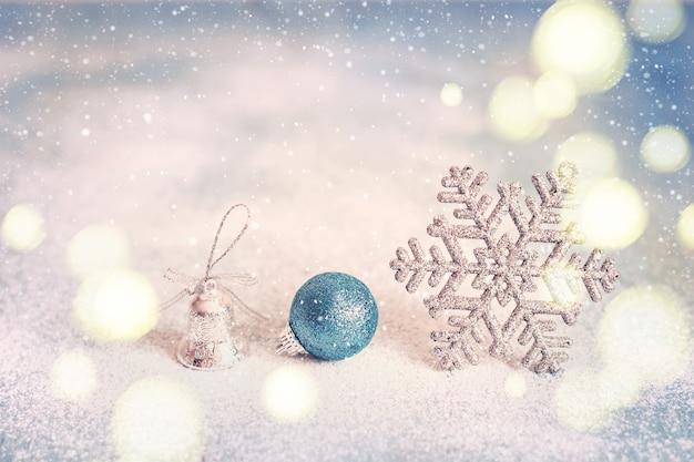Magische blauwe abstracte glitter kerstmis en nieuwjaar achtergrond met met sneeuwvlokken